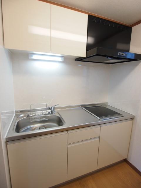 キッチンは独立型です。お掃除しやすいIHです。