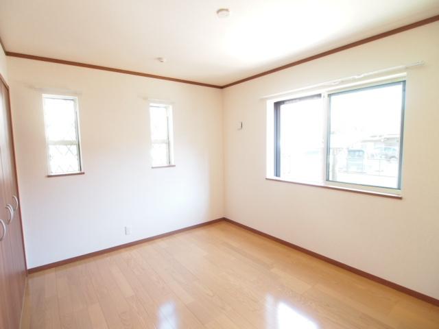 洋室は6.5帖で二面採光。明るくて広い。
