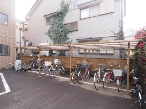 屋根付きで安心の駐輪場。