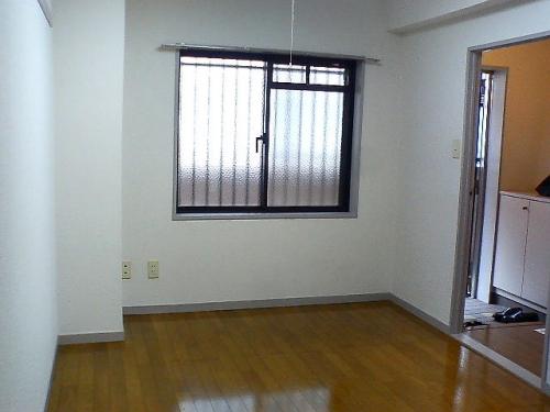 北側の洋室は5.5帖あるのでベッドもしっかり置けますよ。
