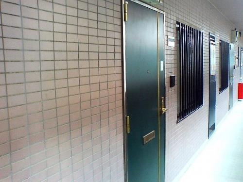 共用廊下は広いので引っ越ししやすい