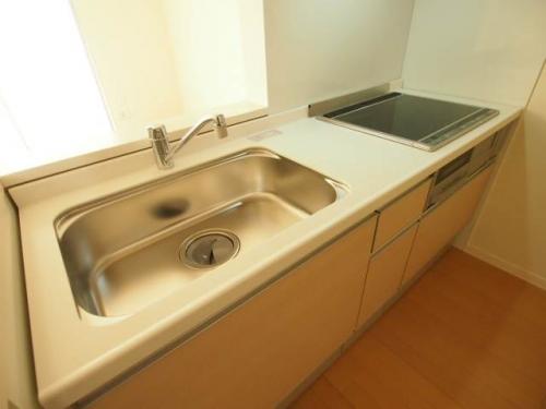 広いキッチンは人気のIHです。お掃除が楽。