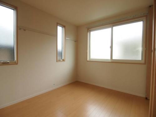 北側の洋室も二面採光です。