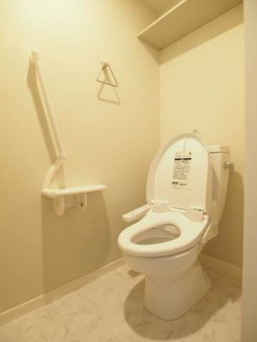 ウォッシュレット付きで清潔感のあるトイレです。