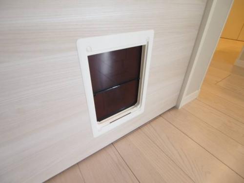 ドア下にはペットの出入り扉があります。