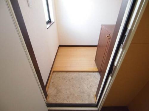 玄関を入ると窓が。明るくてなんだかほっこり。