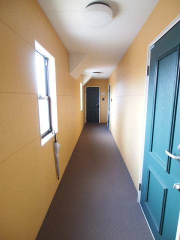 共有廊下。窓があって明るく、かわいい雰囲気。