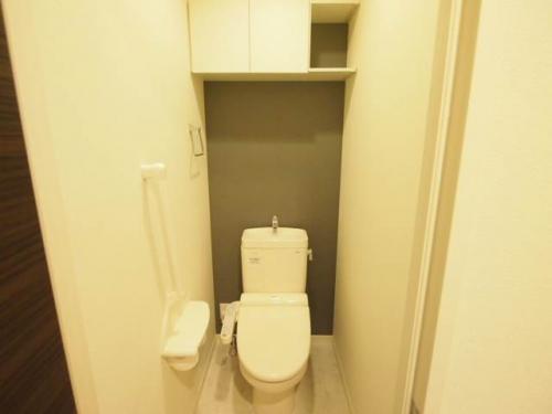 トイレもゆったり。上部の棚は嬉しいですね。