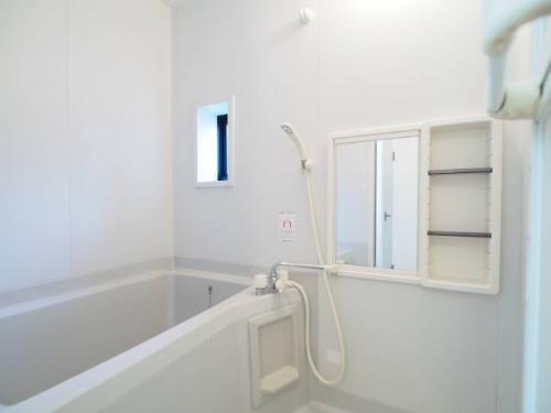 明るい窓つきのお風呂。