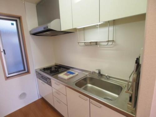 キッチンは3口コンロでグリル付きの独立キッチンです。