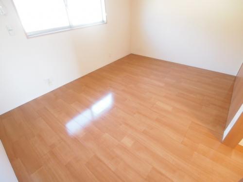 広い洋室は家具の配置もしやすいですね。