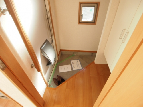 玄関は珍しい形でおしゃれな感じ。小窓も嬉しい。