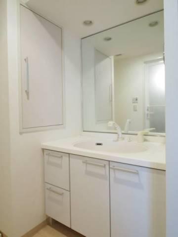 ワイドサイズの鏡が嬉しい洗面台。