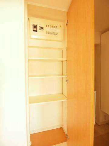 玄関収納もあるととても便利。
