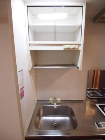 キッチン上部には棚もあるのでしっかりしまえます。