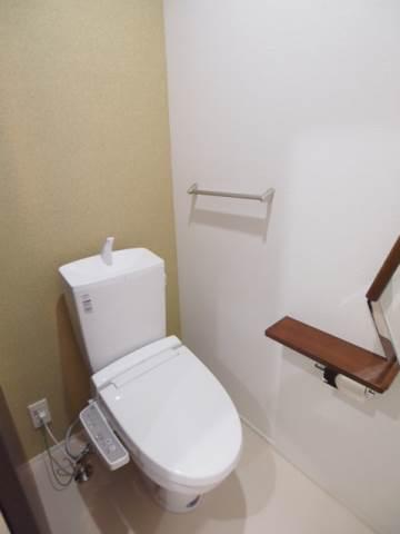トイレもタオル掛けなどちょっとした嬉しい設備が。