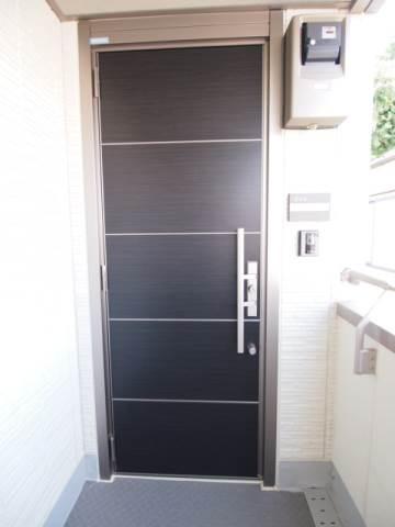 玄関ドアもシックな色あい