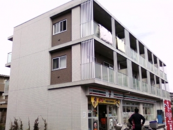 1階はコンビニで買い物便利な立地。