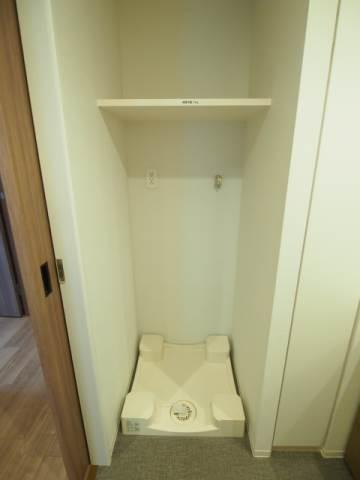 洗濯機置場は上部に棚があるので便利です。