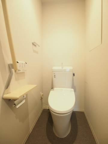 トイレには手すりもついて安心ですね
