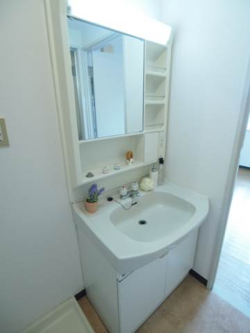 きれいな洗面台は独立タイプで人気の設備。