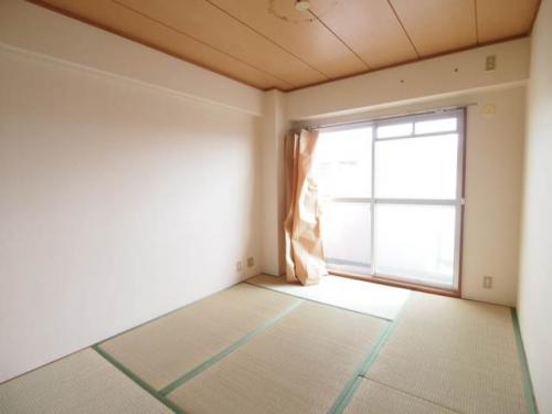 和室は南向き。明るいですね。