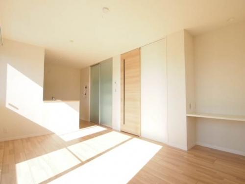 明るい光が部屋の奥まで差し込みます。