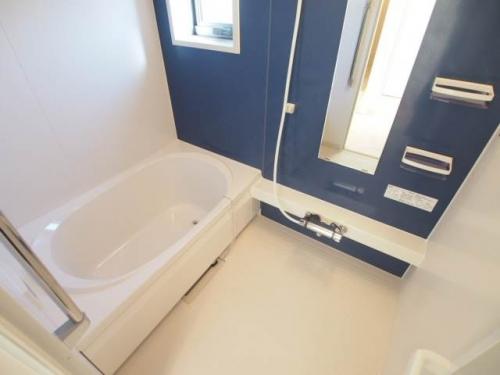 小窓付きのバスルーム。