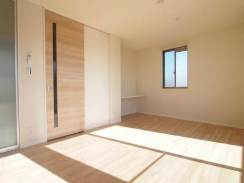 ナチュラルな色味のフローリングは家具も合わせやすいです。