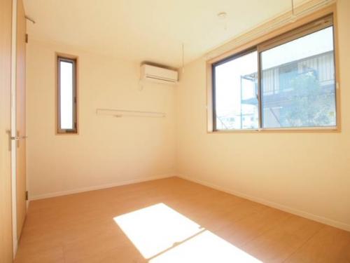 こちらも日当たりのいい南側の洋室。