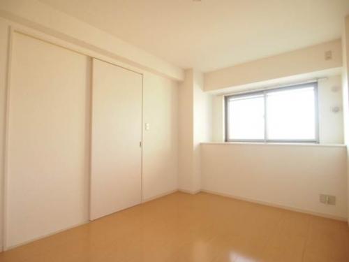 洋室はベッドを置いてもゆとりがあります