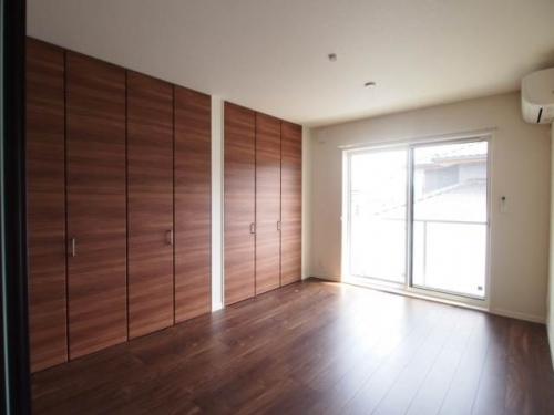 8帖の洋室。壁一面の収納は嬉しい。