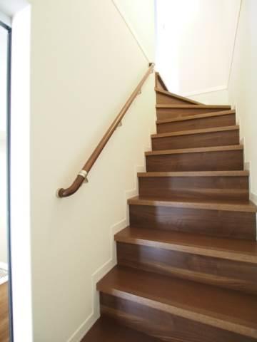 手すりのついた階段は安心ですね。