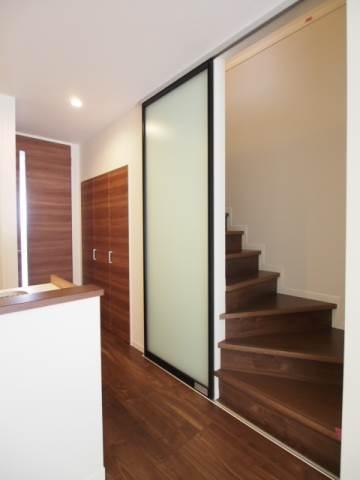 階段とお部屋の間に引き戸があります。