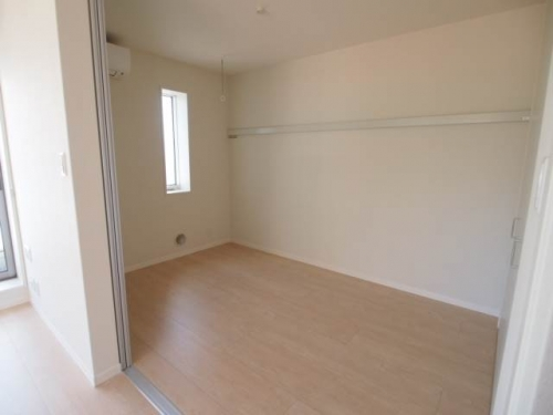 洋室はベッドを置いても余裕があります。