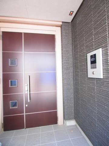 マンション入り口はオートロック付きで安心。