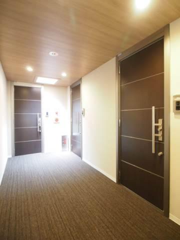 ホテルのような雰囲気でキレイな共有廊下。