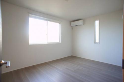 洋室8帖。ベッドを置いてもゆとりがあります。