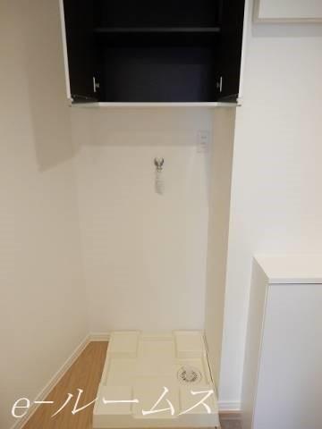 洗濯機置場にも収納棚があります