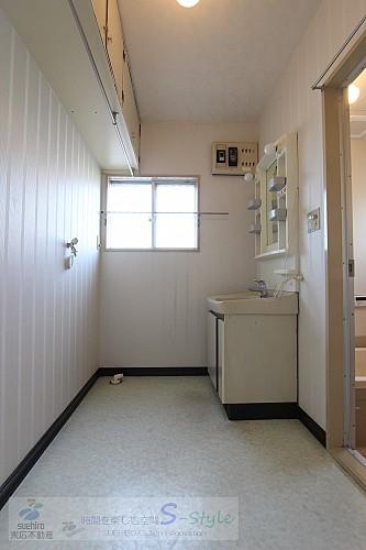 洗面スペース 上部に便利な吊戸棚完備