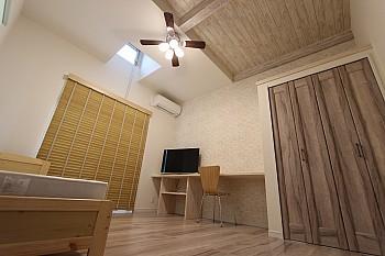 天井も高く開放的な空間なワンルーム