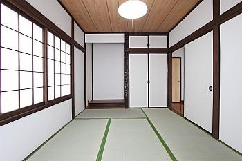 1階和室は床の間、押入完備