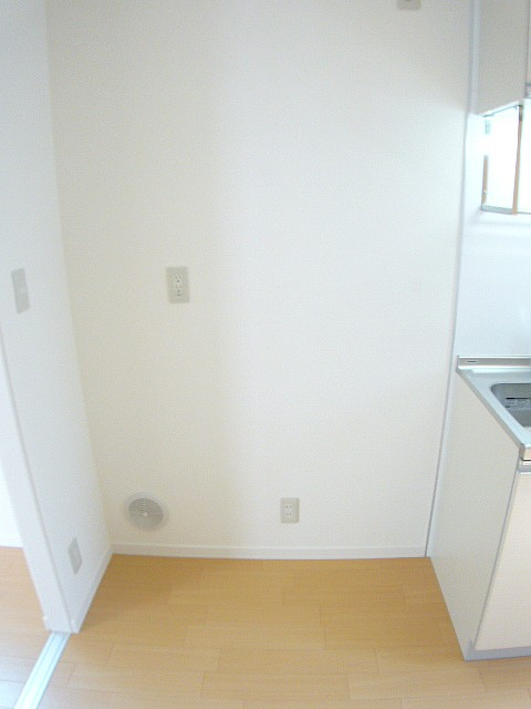 冷蔵庫置き場 小さい食器棚もおけます