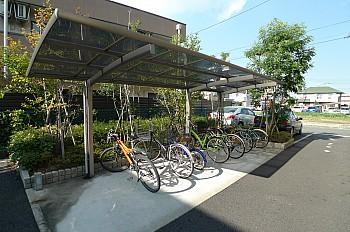 屋根付の駐輪場。原付バイクまでご相談ください!