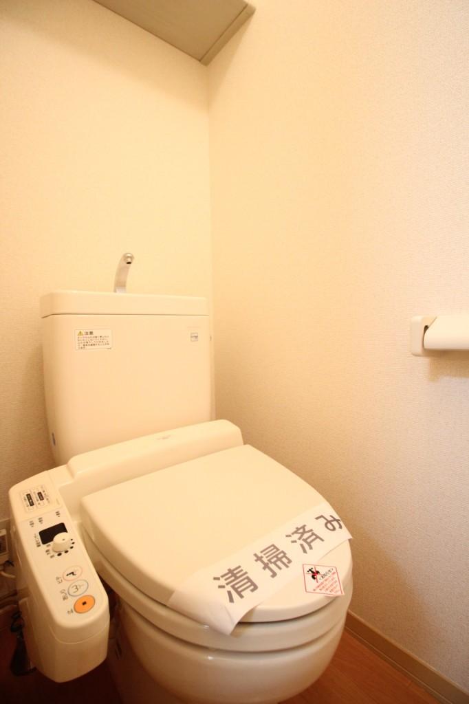 上部には棚、温水洗浄機能付き♪