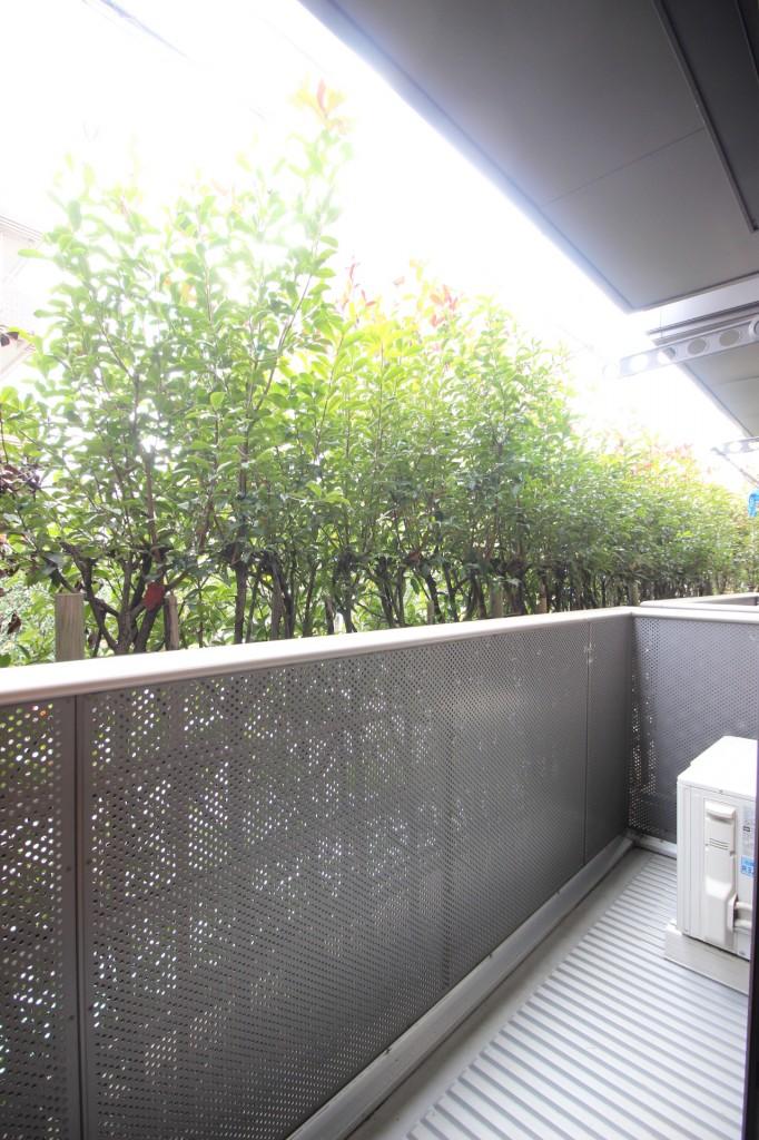植栽で目隠しになっています