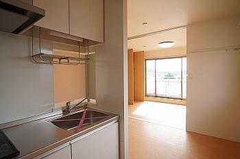 キッチンから5.9帖の洋室です。