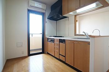 キッチンからバルコニーへ出られます♪キッチンにもエアコンがあり、涼しく楽しくお料理を楽しめます♪