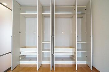 天井まである収納豊富な可動式収納!収納部分をリビング側に向けることも出来ます♪