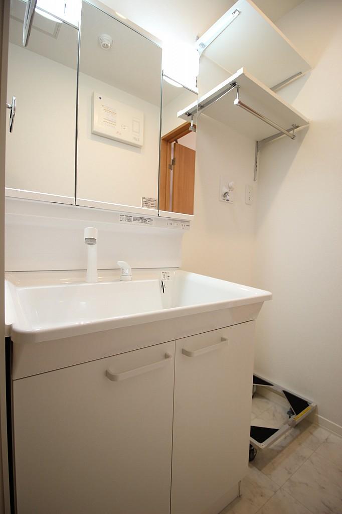 三面鏡タイプの大きな洗面台付き!棚も付いています!